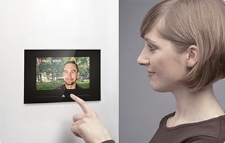 Frau drückt Taste an Monitor