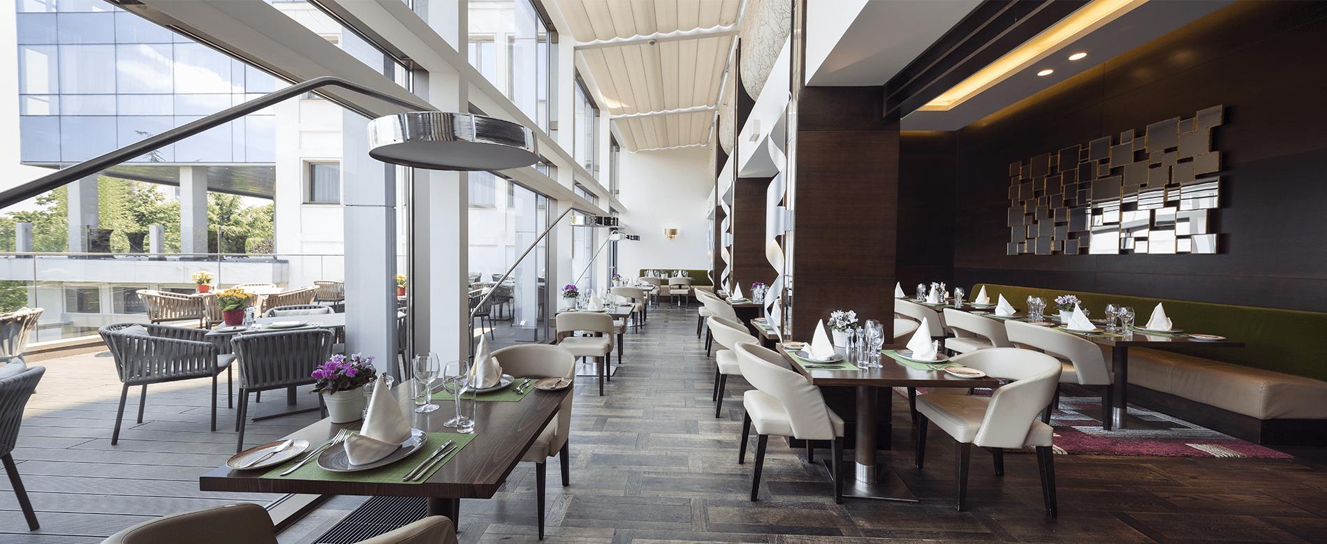 Moderner Speisesaal in smartem Hotel