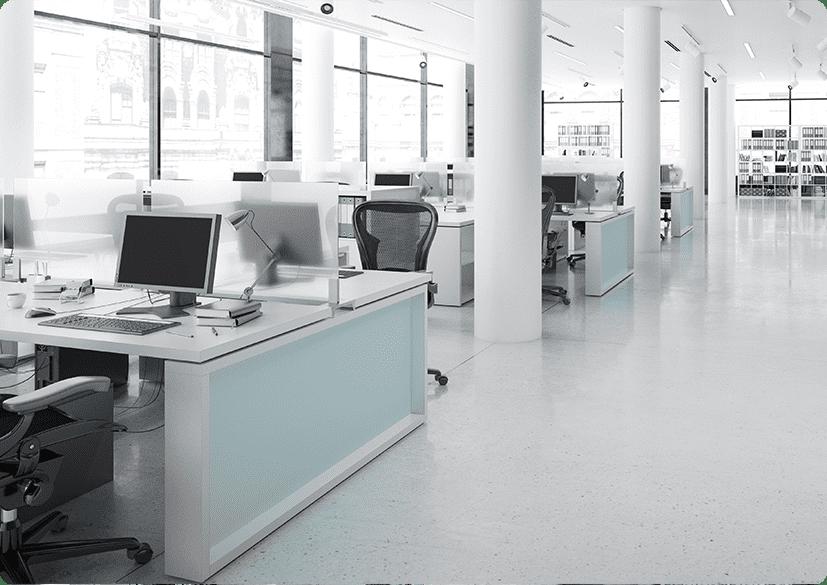 Büro mit Schreibtischen und Computern