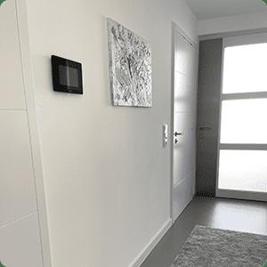 Monitor der Türsprechanlage an Wand